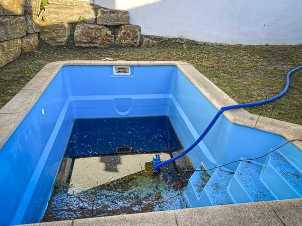 Mantenimiento de piscina, vaciado del vaso con una bomba específica
